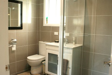 Main bathroom (ensuite to main bedroom)