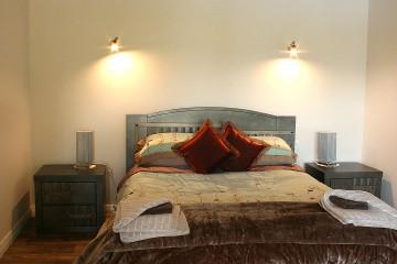 Main bedroom: Queen bed with ensuite